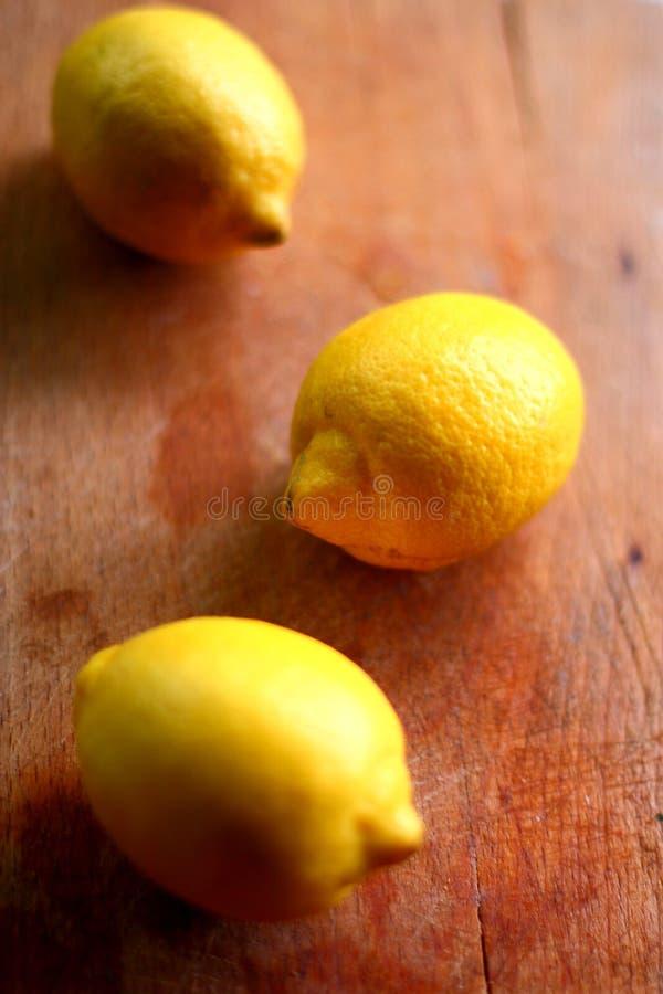 Φρέσκα βιο λεμόνια στο ξύλο στοκ φωτογραφία με δικαίωμα ελεύθερης χρήσης