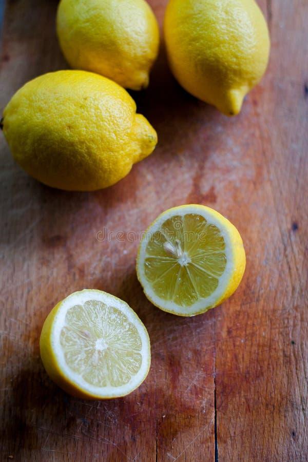 Φρέσκα βιο λεμόνια στο ξύλο στοκ φωτογραφίες με δικαίωμα ελεύθερης χρήσης