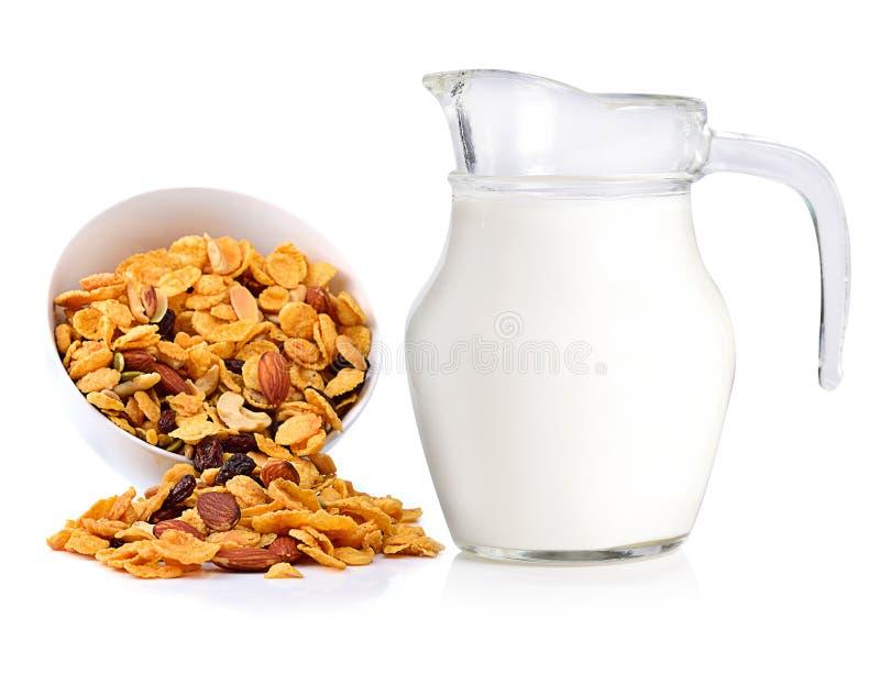 Φρέσκα γάλα και δημητριακά που απομονώνονται στο λευκό στοκ φωτογραφία