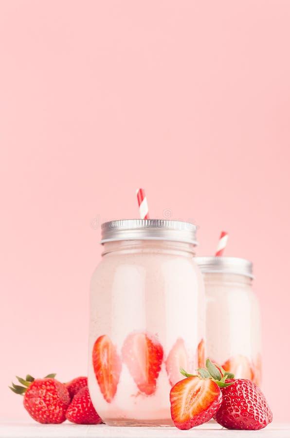 Φρέσκα γαλακτοκομικά κοκτέιλ της φράουλας στο βάζο με το juicy μούρο και  στοκ εικόνα με δικαίωμα ελεύθερης χρήσης