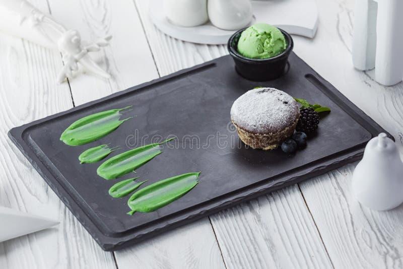 Φρέσκα γλυκά cupcakes με τα μούρα σε έναν πίνακα στοκ εικόνες