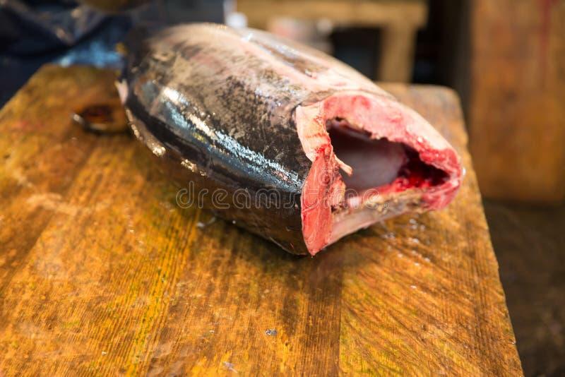 Φρέσκα εξεντερισμένα ψάρια τόνου στην ιαπωνική αγορά οδών στοκ εικόνες