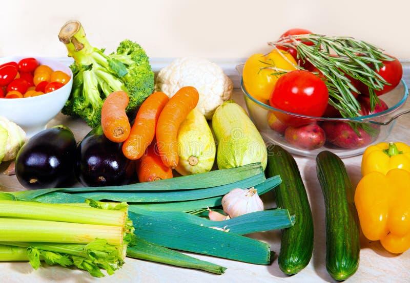 Download φρέσκα επιτραπέζια λαχανικά κουζινών Στοκ Εικόνα - εικόνα από μαρούλι, κρεμμύδι: 62724751