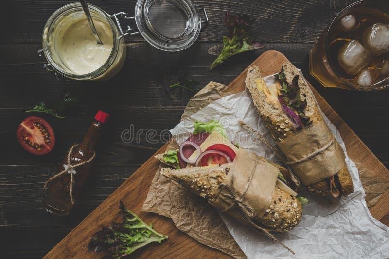 Φρέσκα εύγευστα υποβρύχια σάντουιτς στον ξύλινο πίνακα κορυφή VI στοκ εικόνες