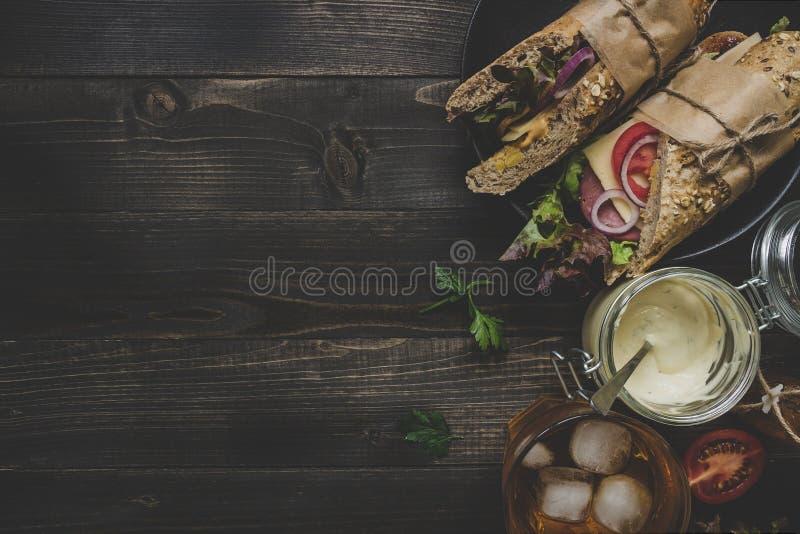 Φρέσκα εύγευστα υποβρύχια σάντουιτς στον ξύλινο πίνακα κορυφή VI στοκ εικόνες με δικαίωμα ελεύθερης χρήσης