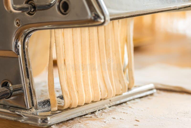 Φρέσκα ζυμαρικά, εγχώρια ζυμαρικά που κάνουν, ιταλικά παραδοσιακά τρόφιμα στοκ εικόνες