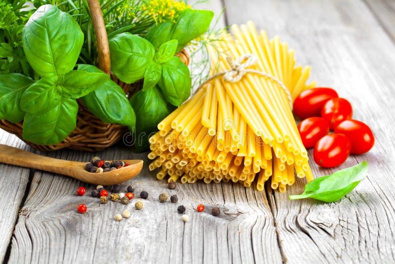 Φρέσκα ζυμαρικά και ιταλικά συστατικά στοκ εικόνες με δικαίωμα ελεύθερης χρήσης