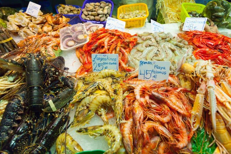 Φρέσκα θαλασσινά στο μετρητή αγοράς στοκ εικόνες