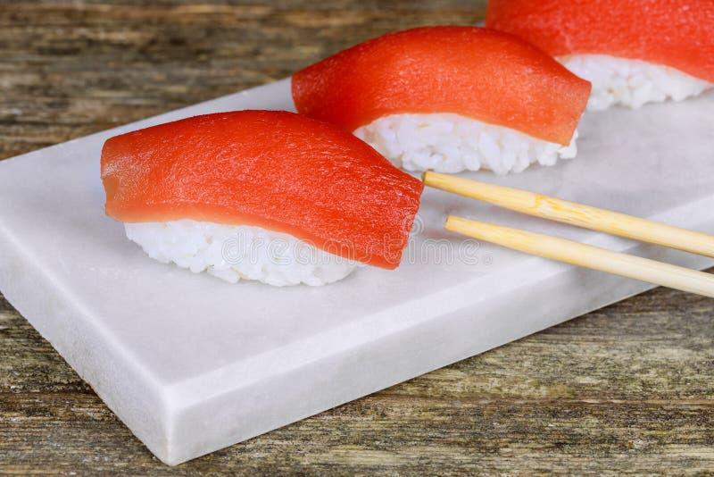 Φρέσκα ιαπωνικά σούσια σολομών στον ξύλινο πίνακα στοκ φωτογραφία με δικαίωμα ελεύθερης χρήσης
