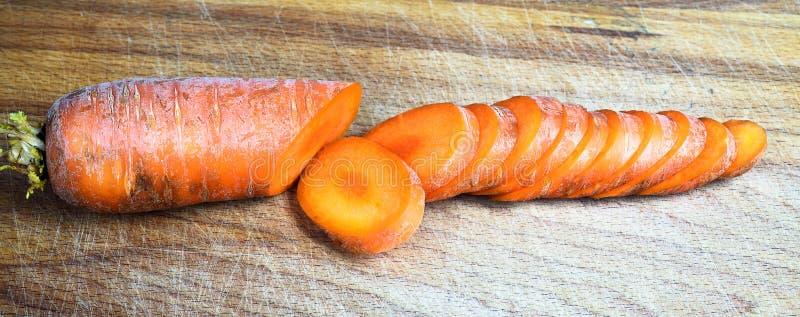Φρέσκα καρότα στον τέμνοντα πίνακα, περικοπή στις φέτες στοκ φωτογραφίες με δικαίωμα ελεύθερης χρήσης