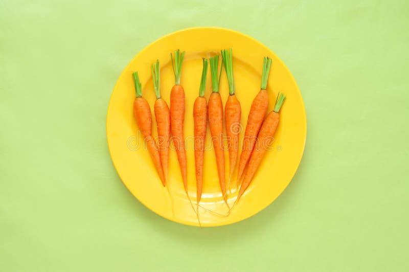 Φρέσκα καρότα στο πιάτο στοκ εικόνες