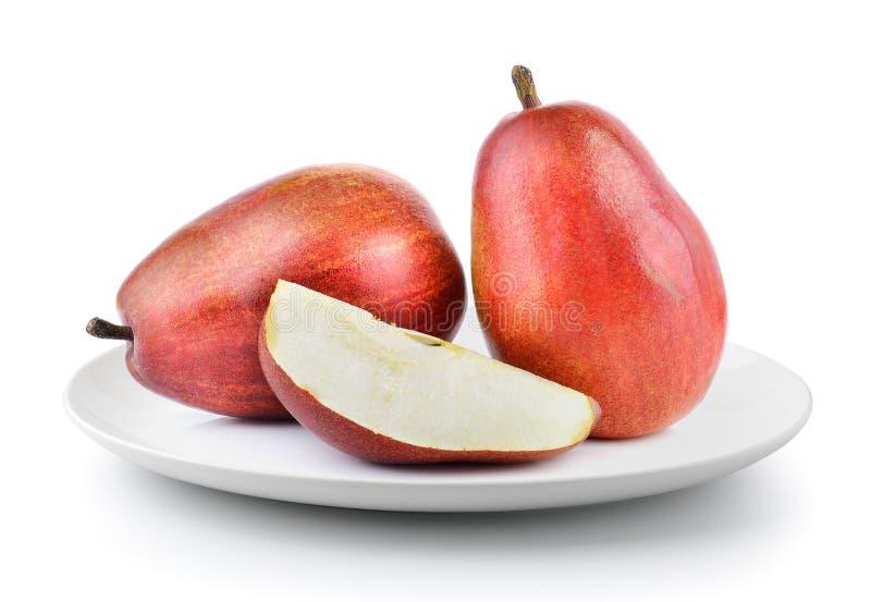Φρέσκα κόκκινα αχλάδια σε ένα πιάτο που απομονώνεται σε ένα άσπρο υπόβαθρο στοκ φωτογραφία με δικαίωμα ελεύθερης χρήσης