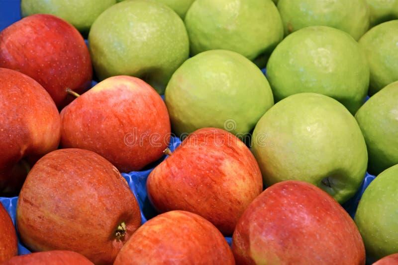 Φρέσκα κόκκινα και πράσινα μήλα στο εμπορευματοκιβώτιο, τρόφιμα, στοκ φωτογραφίες