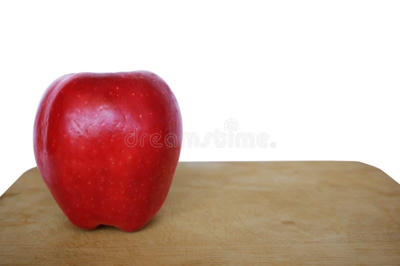 Φρέσκα κόκκινα μήλα στον ξύλινο τέμνοντα πίνακα στοκ εικόνες