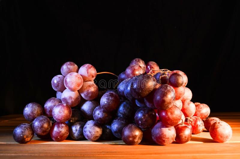 Φρέσκα κόκκινα μπλε σταφύλια κρασιού στοκ εικόνα με δικαίωμα ελεύθερης χρήσης