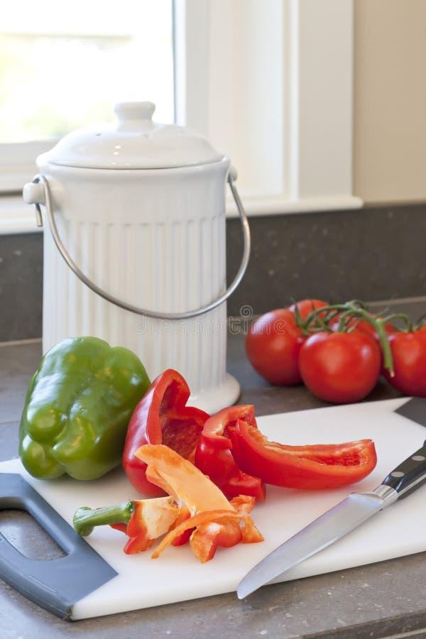 Φρέσκα λαχανικά, απορρίματα τροφίμων και εμπορευματοκιβώτιο λιπάσματος στο μετρητή κουζινών Βιώσιμοι εγχώριοι τρόποι ζωής στοκ εικόνες με δικαίωμα ελεύθερης χρήσης