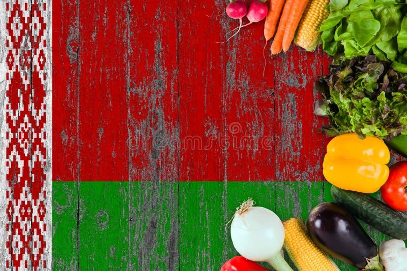 Φρέσκα λαχανικά από τη Λευκορωσία στον πίνακα Έννοια μαγειρέματος στο ξύλινο υπόβαθρο σημαιών στοκ φωτογραφίες με δικαίωμα ελεύθερης χρήσης