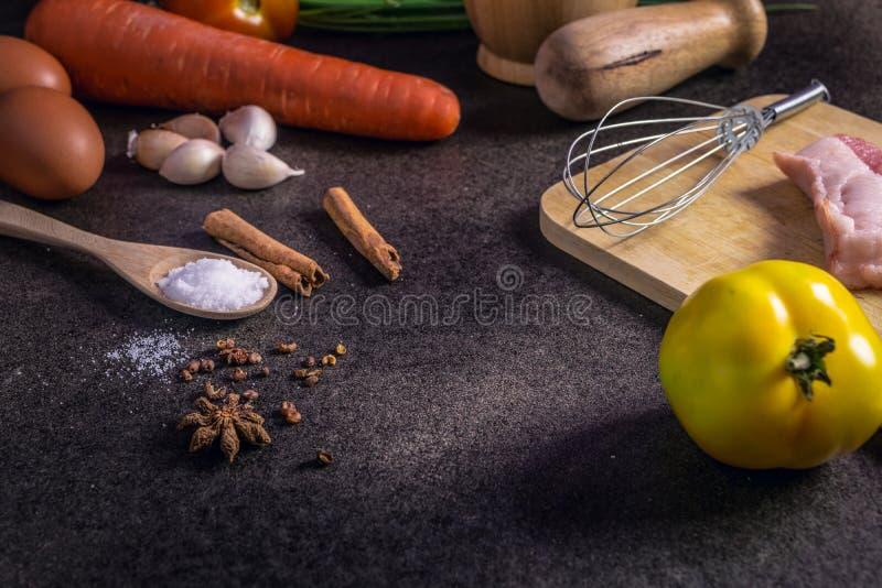 Φρέσκα λαχανικά για την υγιεινή διατροφή σε έναν αγροτικό πίνακα και μια σκοτεινή ΤΣΕ στοκ εικόνες με δικαίωμα ελεύθερης χρήσης