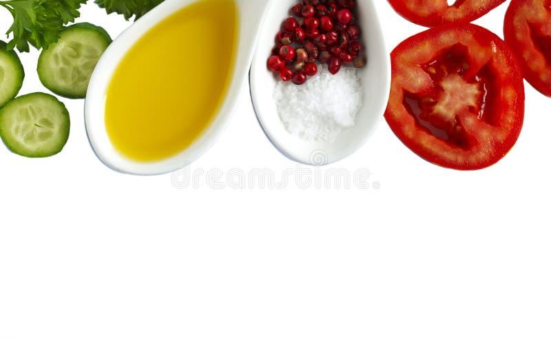 Φρέσκα λαχανικά, ελαιόλαδο, χορτάρια και καρυκεύματα που απομονώνονται στο άσπρο υπόβαθρο στοκ εικόνα με δικαίωμα ελεύθερης χρήσης