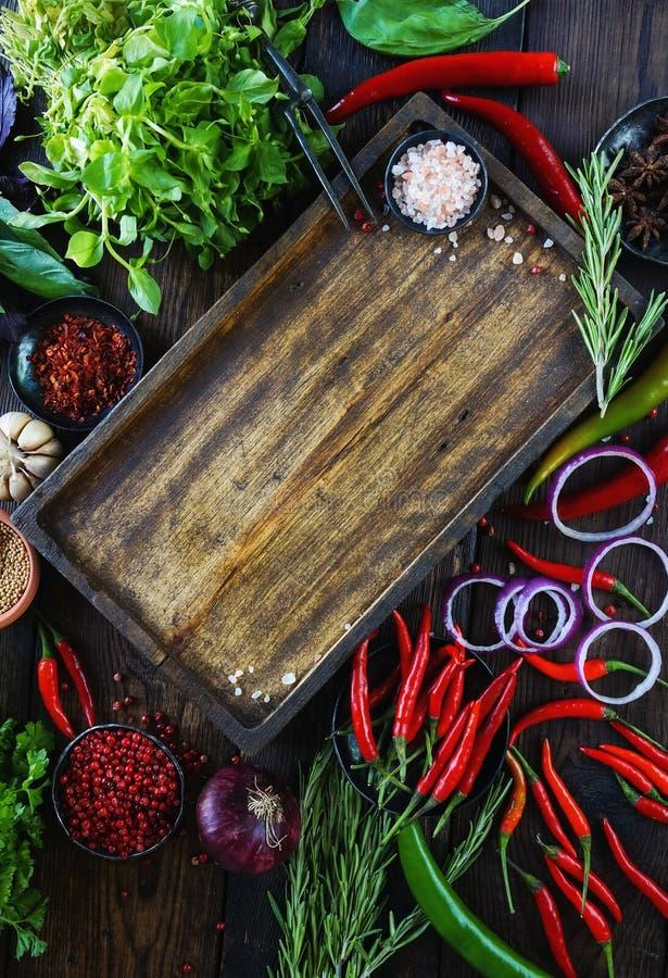 Φρέσκα λαχανικά, καρυκεύματα και χορτάρια στο ξύλινο κιβώτιο στο αγροτικό ύφος Ακατέργαστη οργανική υγιής έννοια τροφίμων στοκ εικόνες