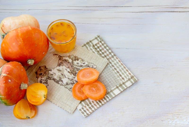 Φρέσκα λαχανικά με την κολοκύθα και ένα ποτήρι του χυμού λευκαγκαθιών στοκ φωτογραφία με δικαίωμα ελεύθερης χρήσης