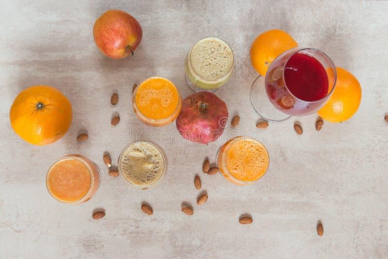 Φρέσκα λαχανικά μιγμάτων χυμού και φρούτα, υγιή ποτά στον γκρίζο πίνακα στοκ εικόνα