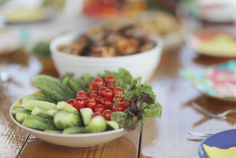 Φρέσκα λαχανικά στον εξυπηρετούμενο πίνακα στοκ εικόνες με δικαίωμα ελεύθερης χρήσης
