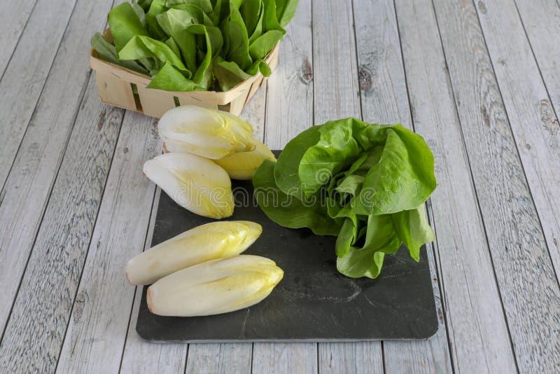 Φρέσκα λαχανικά στον ξύλινο πίνακα στοκ φωτογραφία