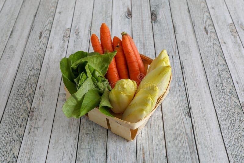 Φρέσκα λαχανικά στον ξύλινο πίνακα στοκ εικόνα
