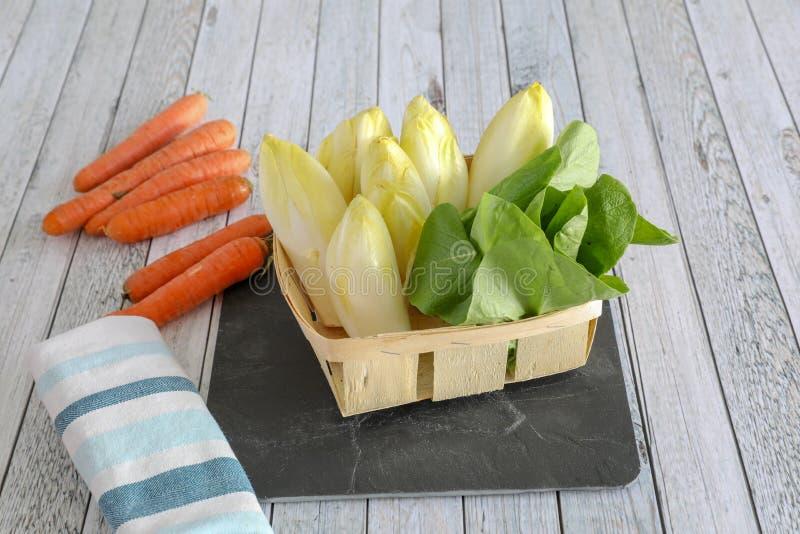 Φρέσκα λαχανικά στον ξύλινο πίνακα στοκ φωτογραφία με δικαίωμα ελεύθερης χρήσης