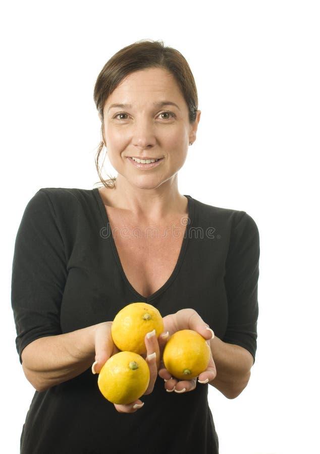 φρέσκα λεμόνια που προσφέ&rh στοκ εικόνες με δικαίωμα ελεύθερης χρήσης