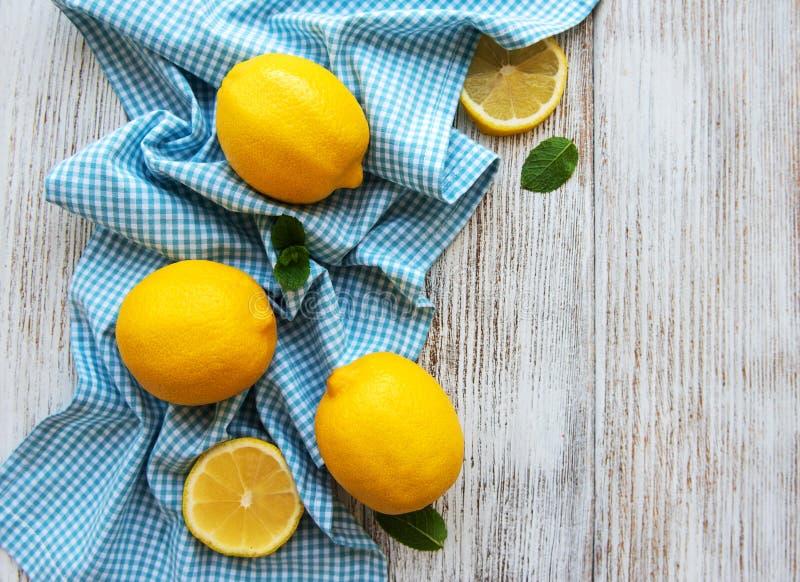Φρέσκα λεμόνια σε έναν πίνακα στοκ φωτογραφία