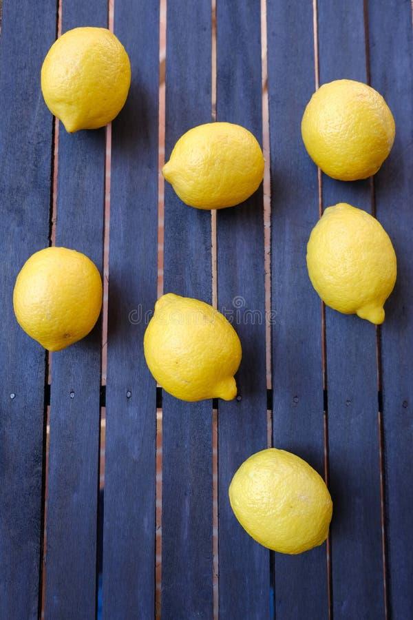 Φρέσκα λεμόνια στον ξύλινο πίνακα στοκ εικόνες