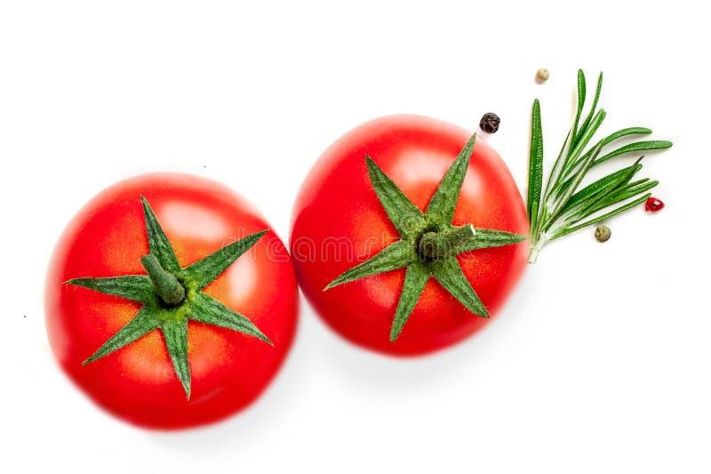 Φρέσκα ντομάτα, χορτάρια και καρυκεύματα που απομονώνονται σε ένα άσπρο υπόβαθρο Συστατικά τροφίμων, τοπ άποψη στοκ εικόνες