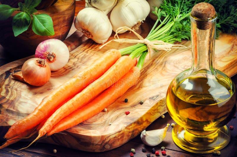 Φρέσκα οργανικά καρότα στη ρύθμιση μαγειρέματος στοκ εικόνα