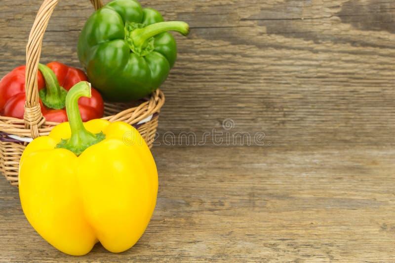 Φρέσκα πιπέρια κουδουνιών στο ψάθινο καλάθι στοκ εικόνες