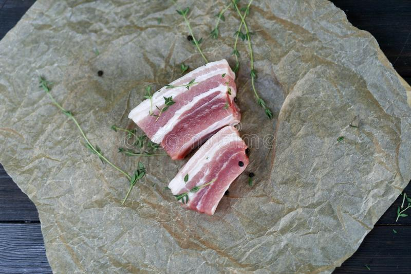 Φρέσκα πλευρά χοιρινού κρέατος, περικοπή στα κομμάτια με τα χορτάρια και τα καρυκεύματα στοκ εικόνες με δικαίωμα ελεύθερης χρήσης