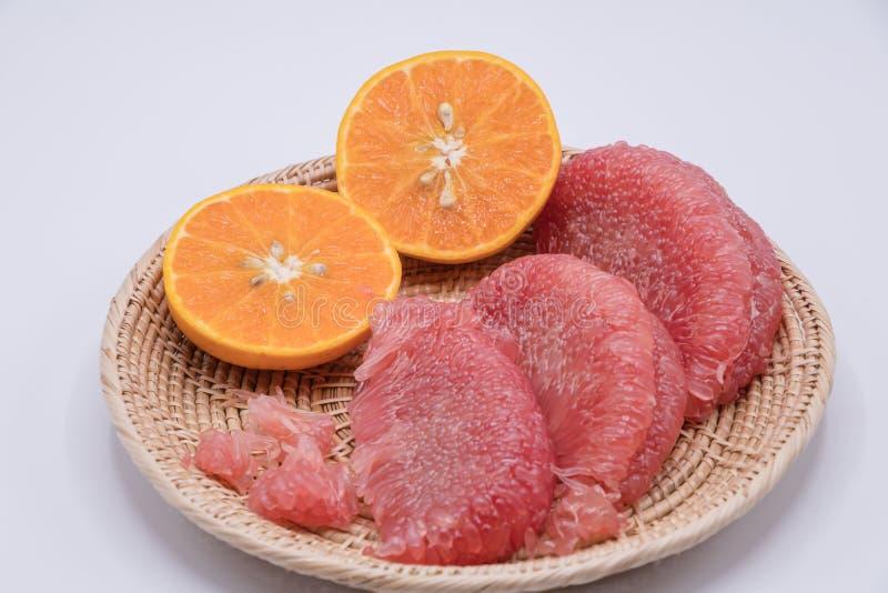 Φρέσκα πορτοκάλια και γκρέιπφρουτ στο άσπρο επιτραπέζιο υπόβαθρο στοκ φωτογραφία