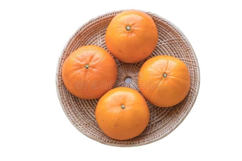 Φρέσκα πορτοκάλια στο καλάθι στο άσπρο υπόβαθρο απομονώσεων στοκ εικόνες με δικαίωμα ελεύθερης χρήσης