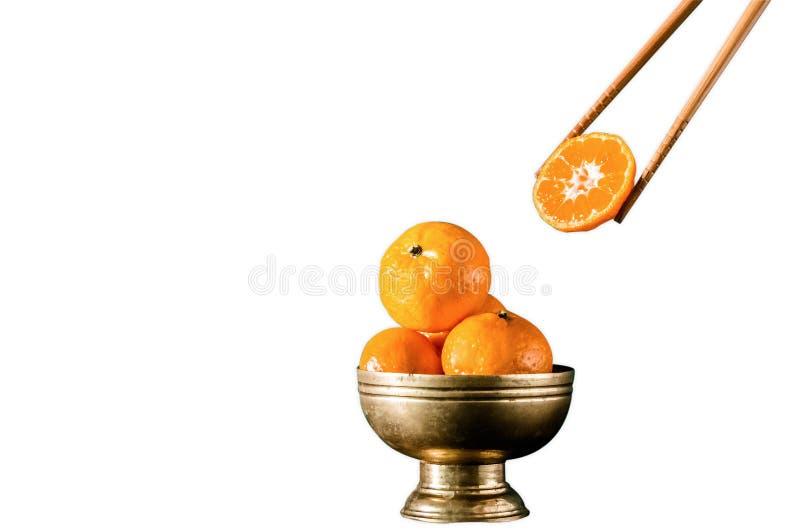 Φρέσκα πορτοκάλια chopstick κύπελλων ορείχαλκου στο εκλεκτής ποιότητας πορτοκάλι επιλογής στο άσπρο υπόβαθρο στοκ εικόνες με δικαίωμα ελεύθερης χρήσης