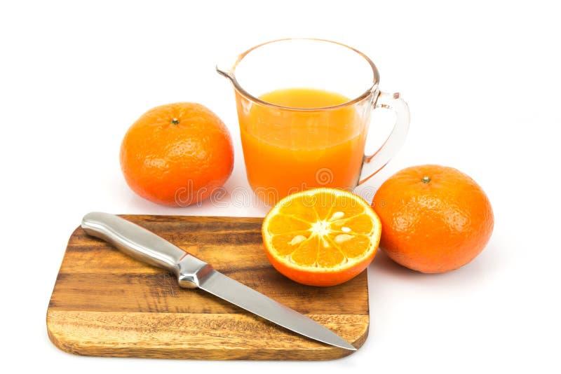 Φρέσκα πορτοκάλια και χυμός από πορτοκάλι στοκ εικόνα με δικαίωμα ελεύθερης χρήσης