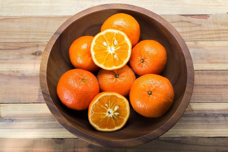Φρέσκα πορτοκάλια στο ξύλινο κύπελλο στοκ φωτογραφία