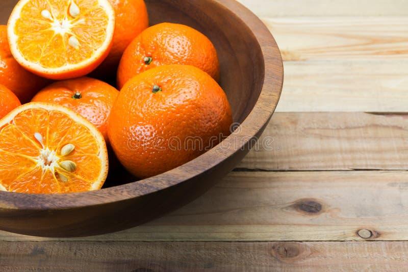 Φρέσκα πορτοκάλια στο ξύλινο κύπελλο στοκ εικόνα