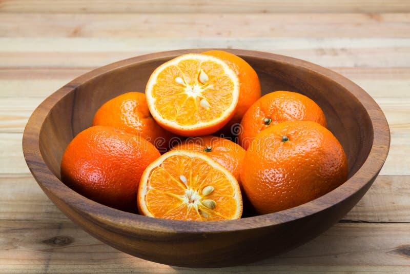 Φρέσκα πορτοκάλια στο ξύλινο κύπελλο στοκ φωτογραφία με δικαίωμα ελεύθερης χρήσης