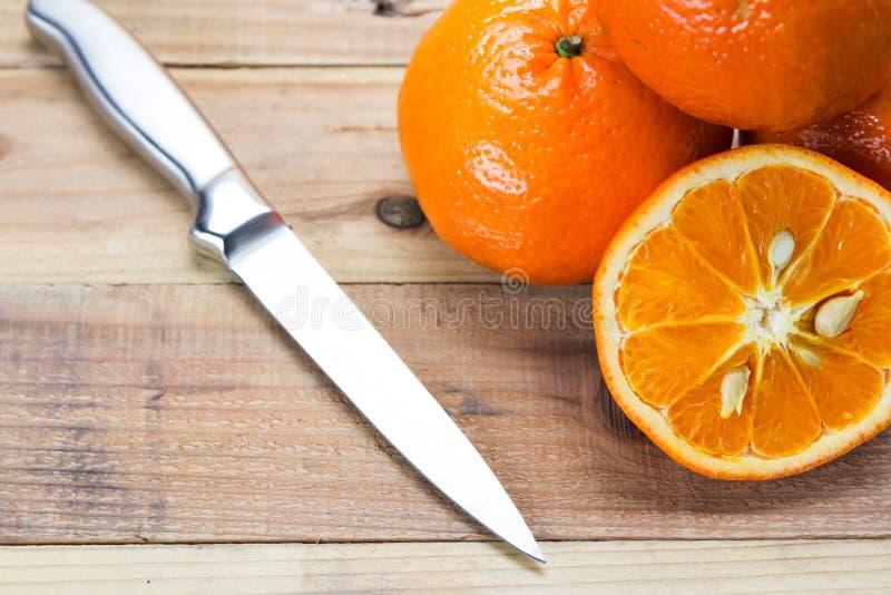 Φρέσκα πορτοκάλια στο ξύλινο κύπελλο στοκ εικόνες με δικαίωμα ελεύθερης χρήσης