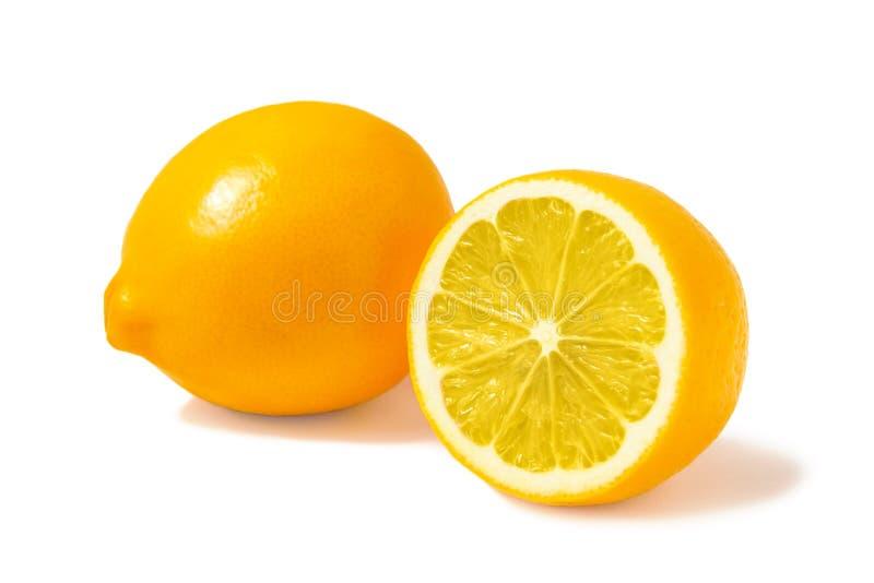 Φρέσκα πορτοκαλιά λεμόνια της Τασκένδης ή λεμόνια Meyer, ένα ολόκληρα και μισό που απομονώνεται στο άσπρο υπόβαθρο με τη σκιά στοκ εικόνες