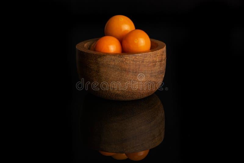 Φρέσκα πορτοκαλιά physalis που απομονώνονται στο μαύρο γυαλί στοκ εικόνες