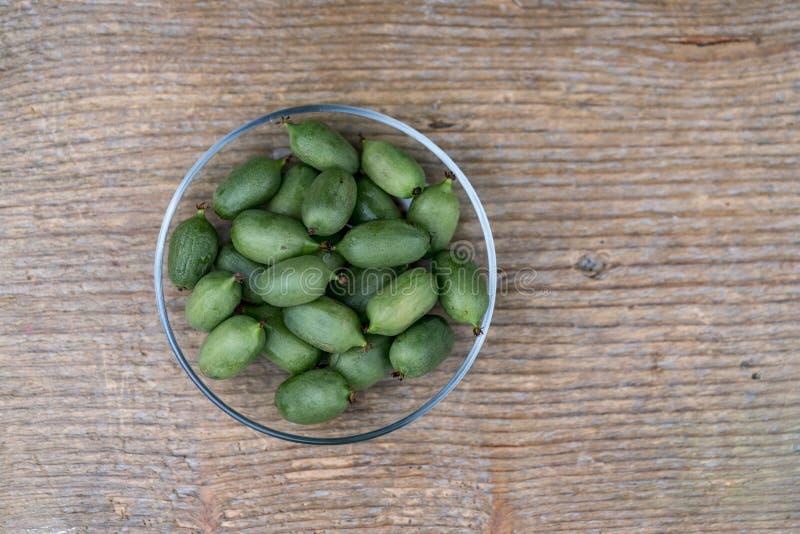 Φρέσκα πράσινα ακτινίδια στο κύπελλο στον αγροτικό πίνακα ξυλείας στοκ φωτογραφίες με δικαίωμα ελεύθερης χρήσης