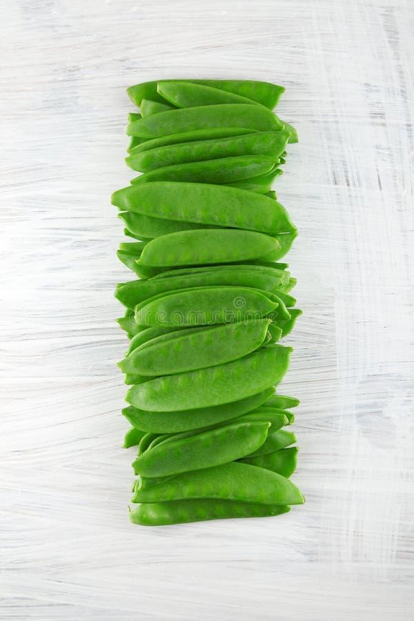 Φρέσκα πράσινα πιπέρια kaiser στο άσπρο ξύλινο πιάτο κουζινών, shabby κομψός στοκ φωτογραφίες