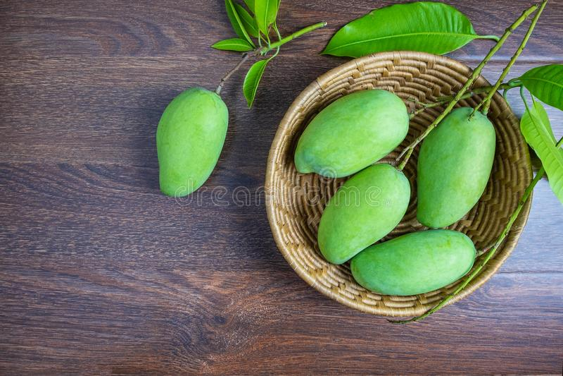 Φρέσκα πράσινα φρούτα μάγκο σε ένα ξύλινο καλάθι στοκ φωτογραφία με δικαίωμα ελεύθερης χρήσης